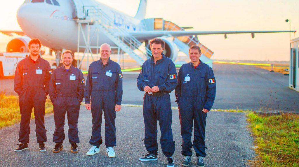 Sur le tarmac de l'aéroport de Mérignac, devant les locaux de NOVESPACE, l'équipe du projet GENEPI avant le départ du vol zero-g, le matin. De gauche à droite: Florent PACLET, Etienne GUILLAUD, Dominique GUEHL, Franck QUAINE, Frédéric DANION.
