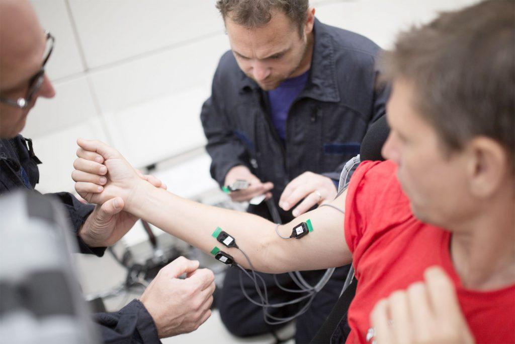 Placement des électrodes EMG sur le bras du sujet entre la 15e et 16e parabole (changement de sujet).