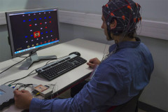 Démonstrateur d'interface cerveau-machine Brain Invaders. Crédit : Cyril FRESILLON / GIPSA-lab / CNRS Photothèque