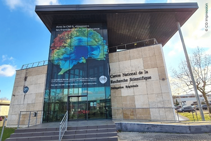 Une image de Michel Thiebaut de Schotten sur la façade du CNRS Aquitaine